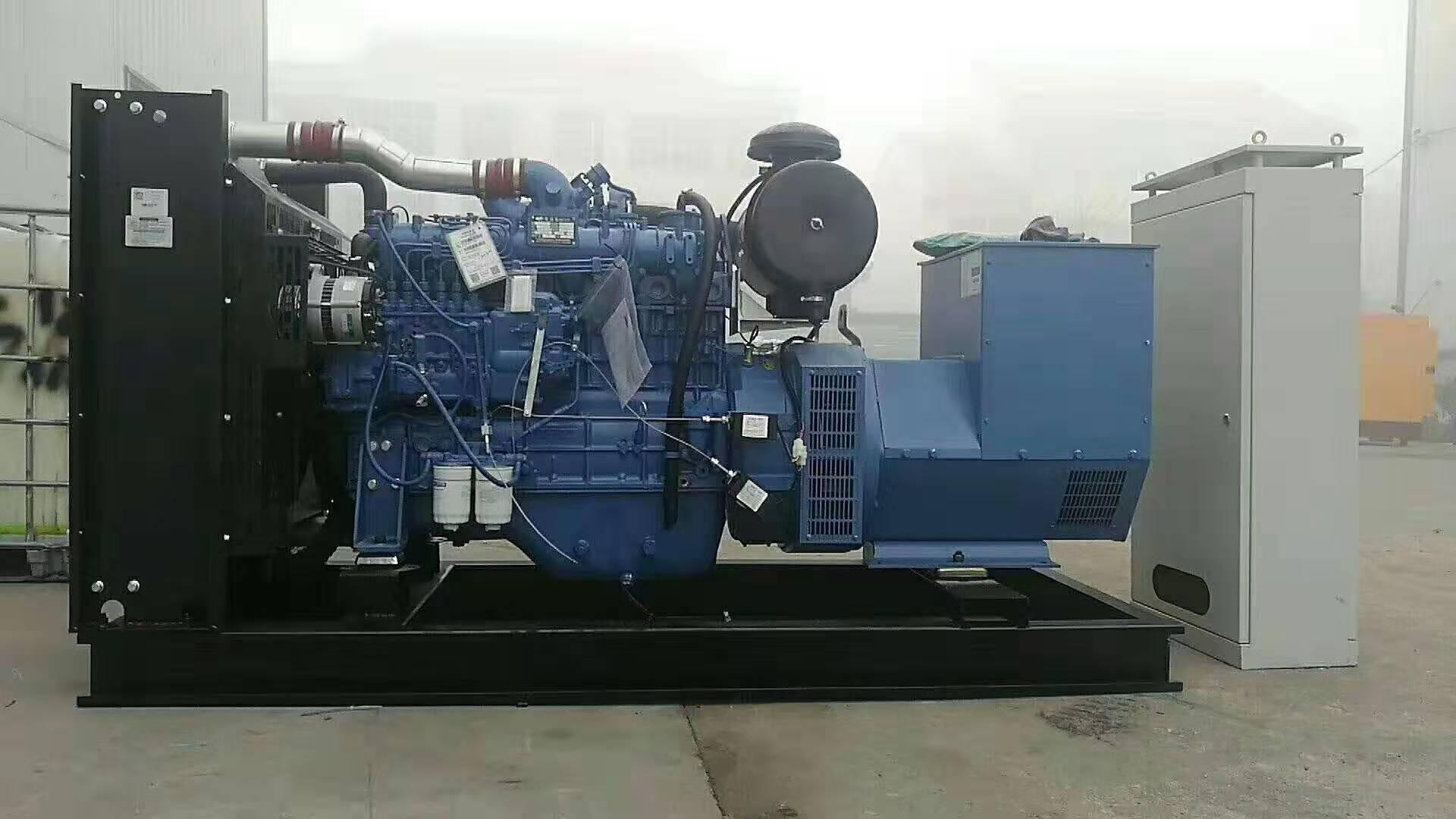 柴油发电机组60%左右的故障来自供油系统,所以在往发电机组加入油料图片