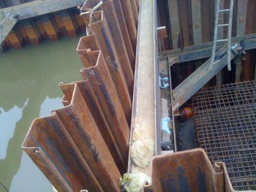 拉森钢板桩施工机械 拉森钢板桩打桩机价格