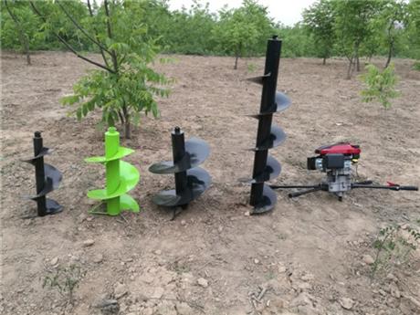 小型钻坑机与大型拖拉机钻坑机械