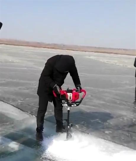 冬钓小型冰钻机一钻到底