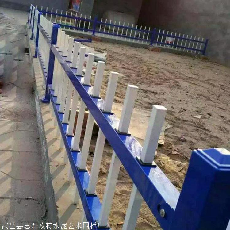 赤峰阿鲁科尔沁旗锌钢草坪围栏锌钢草坪护栏绿化带护栏报价