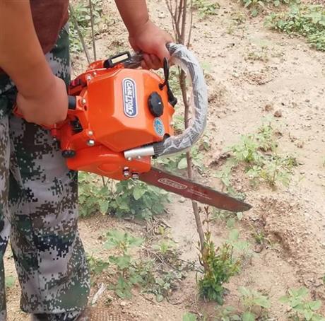 一个人用的汽油挖树机器