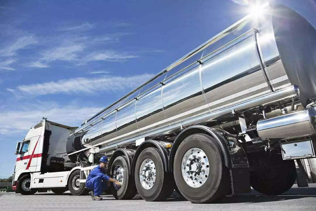 日照小型罐车报价 油罐车 专业生产各种类型罐车
